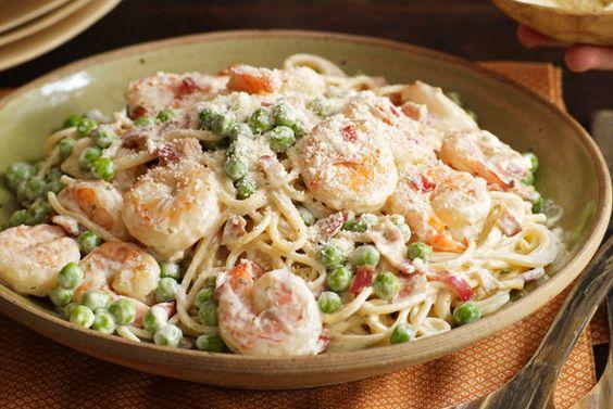 Esta noche tu cocina es el mejor sitio italiano. En 25 minutos harás un platillo clásico que combina los sabores de tocino, camarones y chícharos en una cremosa salsa. Buon appetito!