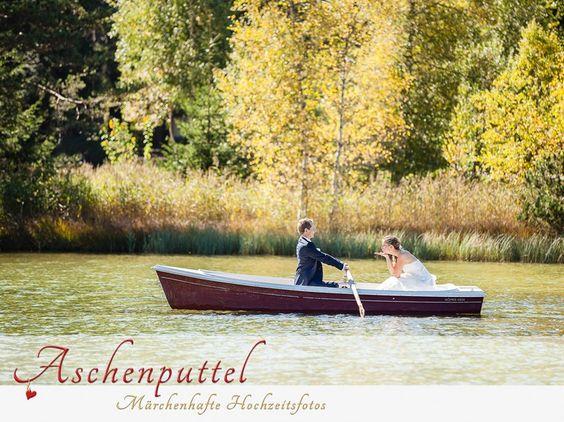 Fotograf: Aschenputtel - Märchenhafte Hochzeitsfotos. Hochzeitsfoto auf dem Boot. Hochzeitsfotograf Tirol. Mehr: http://hochzeits-fotograf.info/hochzeitsfotograf/aschenputtel-marchenhafte-hochzeitsfotos