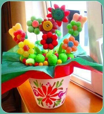 Centro de mesa en maceta con flores de gomita