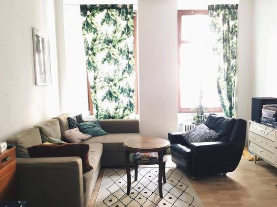 Wohnzimmer in Berlin Kreuzberg - Vorhänge mit Jungle-Print, große - grose fenster wohnzimmer