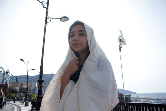 Hayek: an Algerian traditionnal outfit that women get to wear during 17th to 20th century -- Photo credit: @amineHorseman -- #algeria #outfit #tradition #traditionalOutfit #womanfashion #algerianoutfit #hayek #oran #algérie #tenueTraditionnelle #tenueAlgérienne #traditionAlgérienne #haik #وهران #حايك #الجزائر #تقاليد