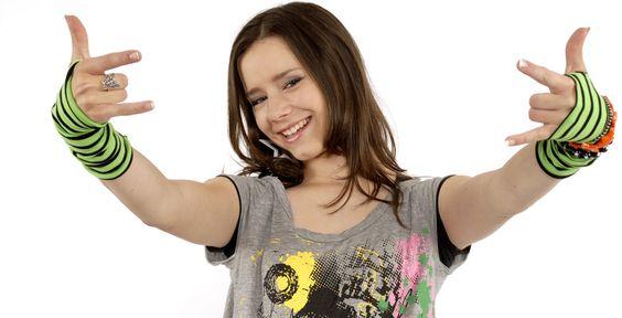 """Freches Mädchen im Anmarsch - Selina - Die 14-Jährige singt den KI.KA-Geburtstagssong \""""Dein Tag\"""". Ihr größter Fan ist Jeanette."""