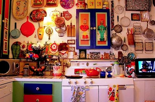 Colorful products of Mexican decor livens up kitchen without sacrificing practicality