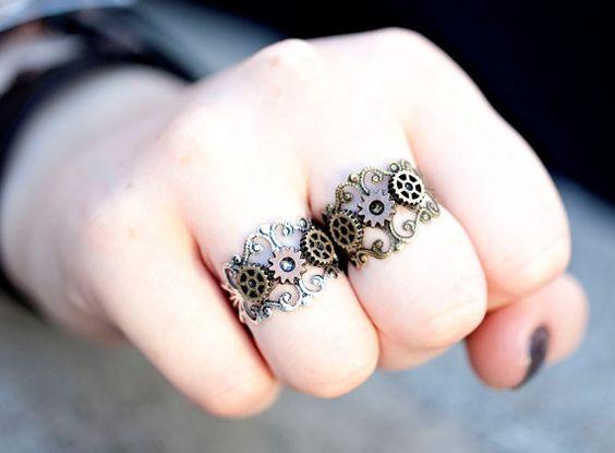 Caractéristiques de Steampunk engrenage et CMV Ring 3 vitesses de steampunk miniature attachés à un filigrane réglable anneau bande. La bague