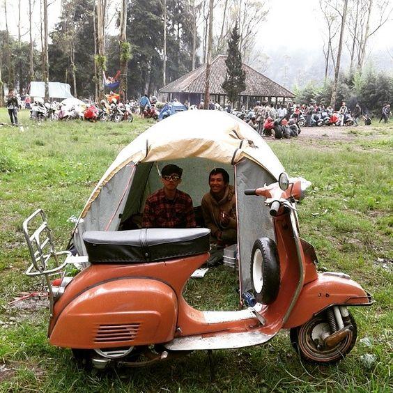 #vespagram #vespamania  #vespaclassic  #explorebandung #ciwidey #rancaupas #camping #touringsehat by dikril_muyassar