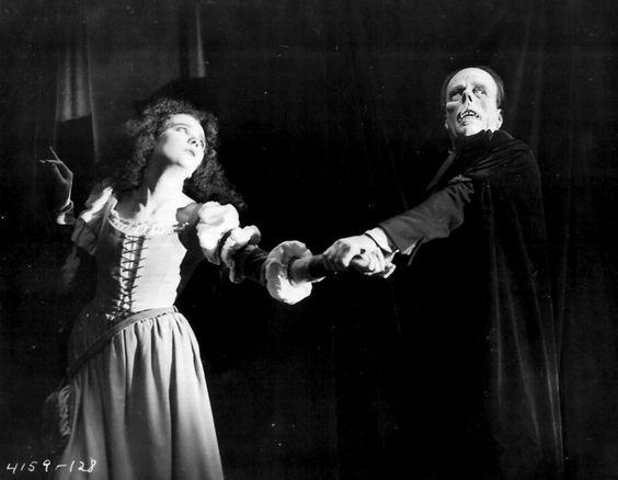 Ah, Christine, no querías un mecenas? Pues ahí lo tienes, ahora no te quejes. Mary Philbin y Lon Chaney en El fantasma de la ópera (1924).