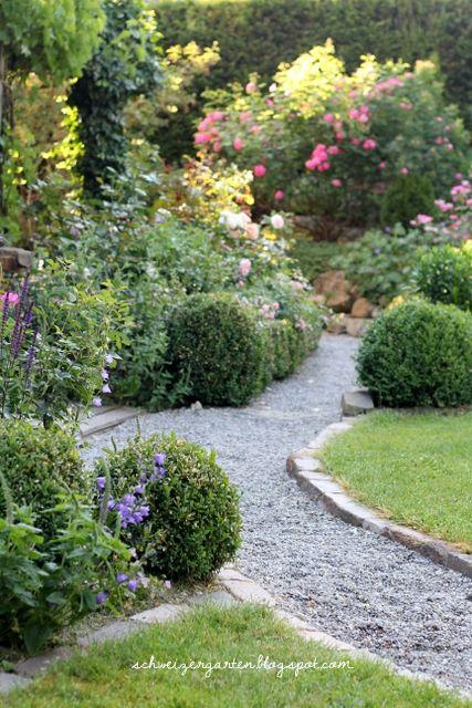 Kiesweg mit randsteinen weg pflaster pinterest for Gartengestaltung cottage