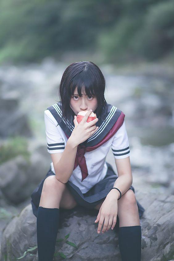 水手服制服美少女 帥氣坐在石頭吃蘋果》Cute Girl Pretty Girls 漂亮、可愛、無敵、青春活力》