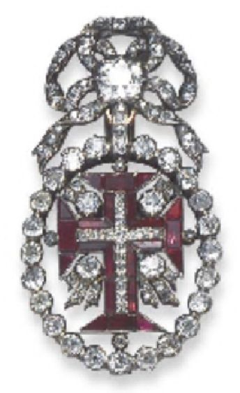 A MID 18TH CENTURY BADGE OF THE PORTUGUESE ORDER OF CHRIST. The gem-set cross within old-cut diamond surround to the diamond collet and bow surmount, mounted in silver and gold, 5.2 cm. long.