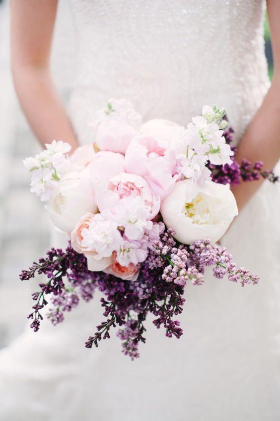 ramo de novia con Peonías lila y blanco