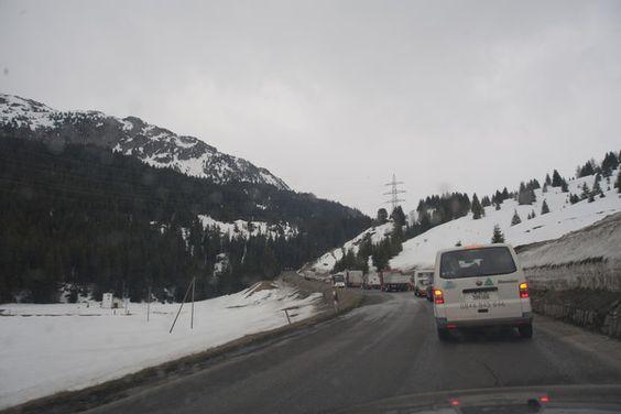 Lastwagen und nichts als Lastwagen und das in unseren Alpen.