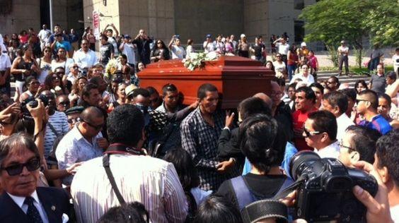 Los restos de #PepeVásquez llegan al cementerio Padre Eterno