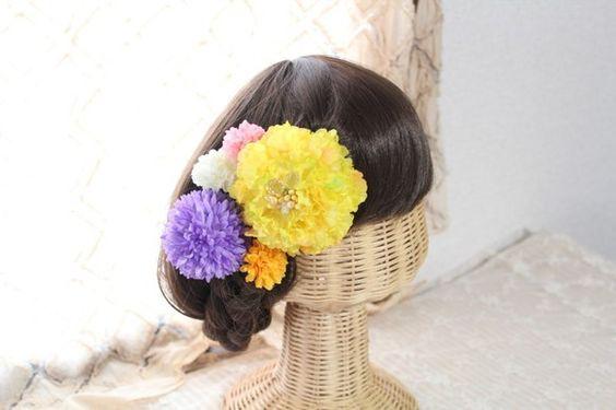 ビーズを花芯に付けた花びらたっぷりのトルコキキョウ(イエロー)と色々な大きさのピンポンマムを組み合わせた髪飾り。片方にまとめて付けても、左右に分けて付けても良...|ハンドメイド、手作り、手仕事品の通販・販売・購入ならCreema。