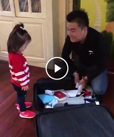 Menina ganha de seu pai presente.