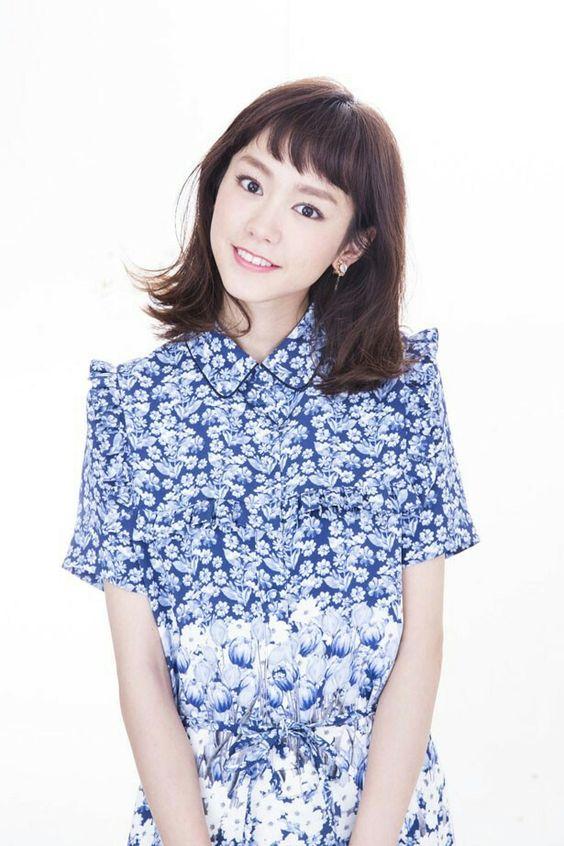 青い服を着た桐谷美玲
