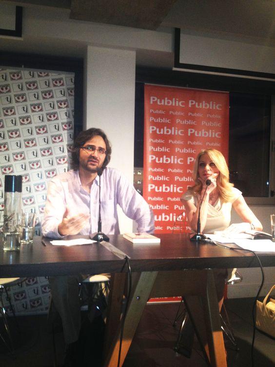 Ο Γιώργος Ν. Πολίτης, Επίκουρος καθηγητής Κοινωνικής Φιλοσοφίας στο Πανεπιστήμιο Αθηνών, παρουσίασε το βιβλίο του ΝΑ ΣΗΚΩΘΟΥΜΕ ΟΡΘΙΟΙ - Η ΕΠΑΝΑΣΤΑΣΗ ΤΗΣ ΚΟΙΝΗΣ ΛΟΓΙΚΗΣ στα Public Συντάγματος. Για το βιβλίο μίλησε η δημοσιογράφος Έλλη Στάη.