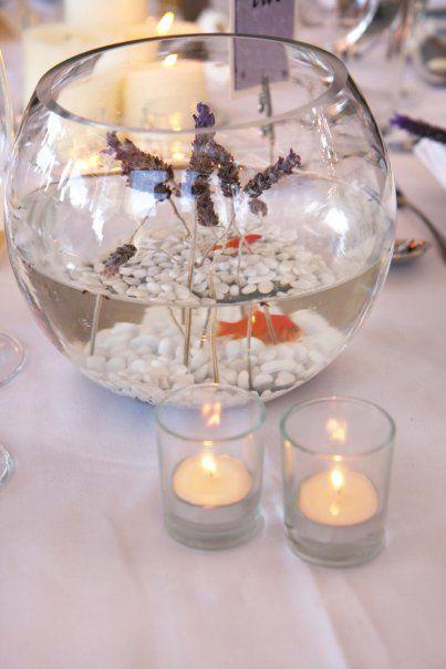 centre de table avec un bocal et un poisson rouge pour un. Black Bedroom Furniture Sets. Home Design Ideas