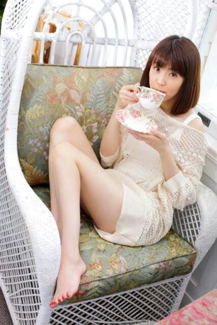 花柄カップを持つ小林麻耶