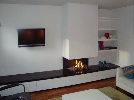 Dichte gashaard met glas zijkanten wel open en eronder kasten opbergruimte en plek voor tv - Deco moderne open haard ...