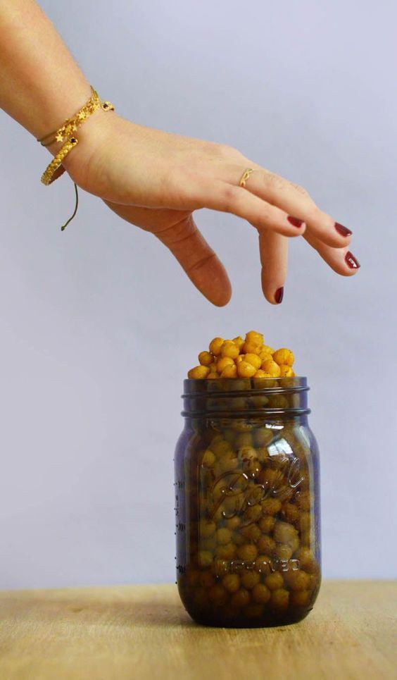 Pois chiches croustillants aux épices pour l'apéro ou le goûter (vegan, sans gluten) : une super idée de snack healthy pour les petites fringales de la journée ou pour l'apéritif ! www.sweetandsour.fr Sweet & Sour | Healthy & Happy Living
