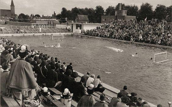 1933: Zwembad Ringbaan-Oost. Polowedstrijd tussen Nederland en Frankrijk in het mannenbad. Links boven de sacramentskerk.