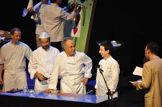 Carme Ruscalleda acompanyada del 'falso' Ferran Adrià, interpretado por el actor Cesc Casanovas, y de su ayudante, el Mindundi, interpretado por Roger de Gràcia. Y es que el espectáculo, fue guionizado por la productora 'Minoría Absoluta'.