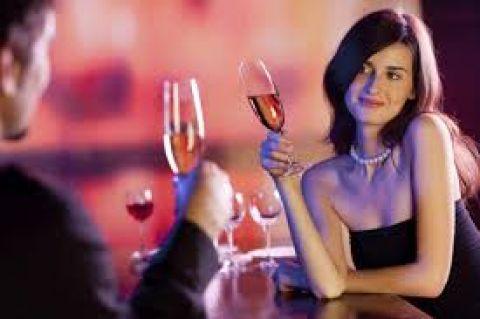 Wie tegenwoordig op café gaat, krijgt soms het gevoel dat de mannelijke helft van de bevolking is ingedommeld. Versierd worden zoals dat vroeger ging - oogcontact, een drankje aanbieden, bij je aan tafel schuiven met desnoods een cheesy openingszin: het gebeurt gewoon niet meer zo vaak. Waarom eigenlijk? Zijn mannen bang geworden? Hebben ze geen zin meer om risico's te nemen? Artikel van Marjorie Blomme voor Feeling.