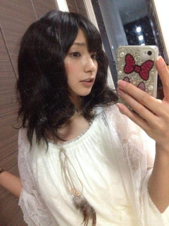 スマホで自撮りする高野麻里佳さん