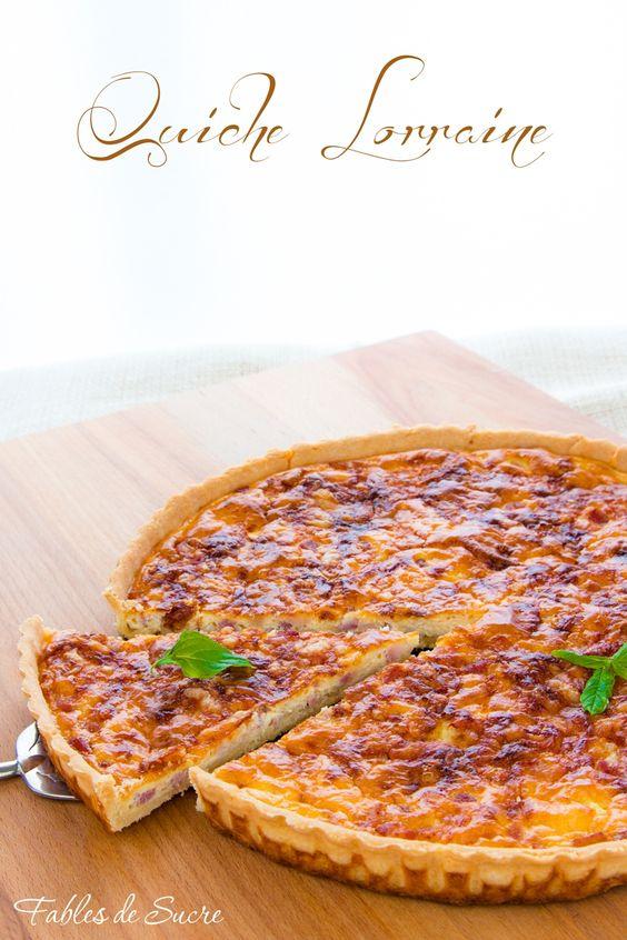 La Quiche Lorraine è una torta salata con la base di pasta brisè e farcita con pancetta, formaggio e una crema di latte, panna e uova. Una vera delizia!
