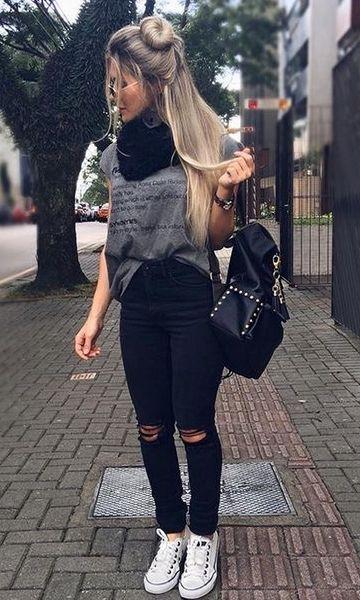 Look com tênis branco e calça jeans