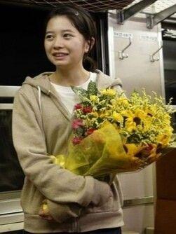 花束を持っている桜田ひより