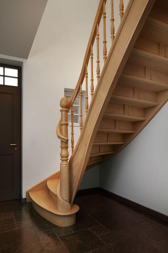 Eiken trap met volledige wrongstuk rond kolom landelijke for Trap eiken