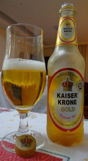 Cerveja Kaiser Krone Gold, estilo Standard American Lager, produzida por Frankfurter Brauhaus, Alemanha. 4.9% ABV de álcool.