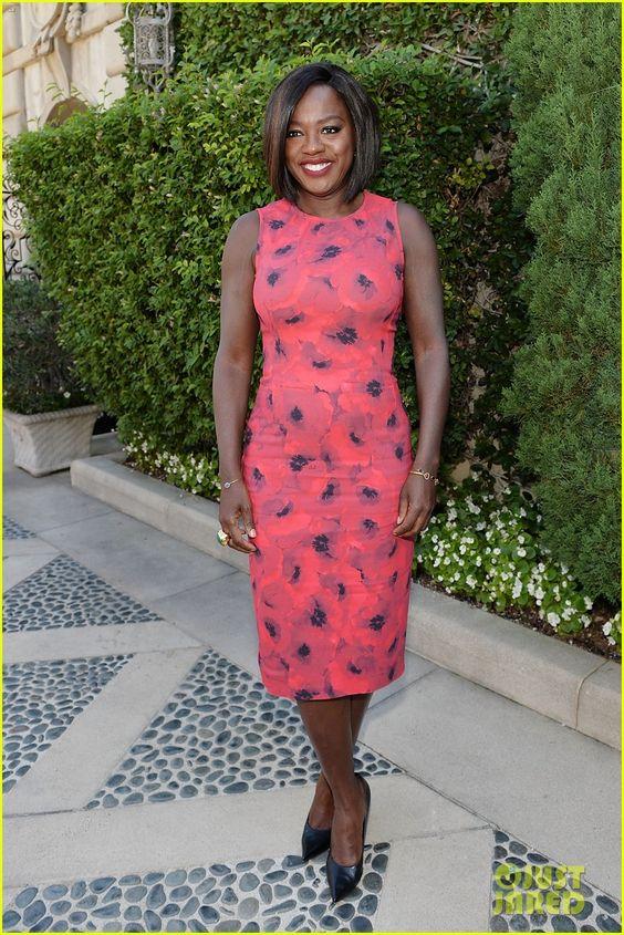 Viola Davis sabe o que lhe cai bem. Em cada evento que comparece está impecável. Com um estilo consistente, ela prefere roupas lisas e de cores fortes.
