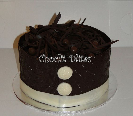 Embossed Chocolate collar with brooch detail