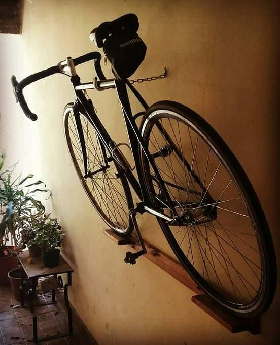 A Arte De Guardar As Bikes Com Elegancia E Simplicidade Inclinada E Segura Pel A Arte De Guardar As Bikes Com In 2020 Bike Wall Storage Diy Bike Rack Bike Hanger