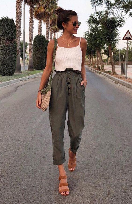 10 combinações fresquinhas para investir agora - #GuitaModa. Regata branca  com calça clochard verde militar, bolsa de crochê, sandália de tiras marrom