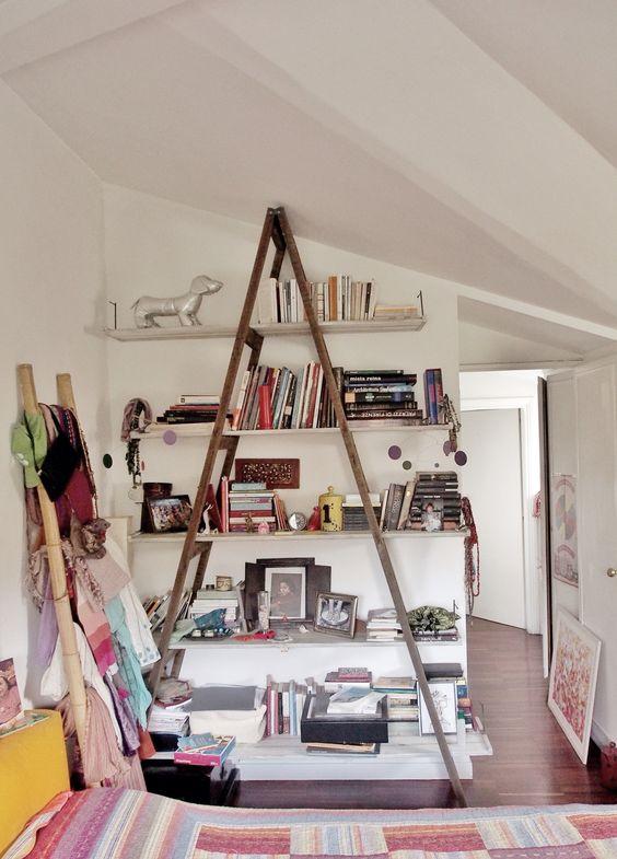 Libreria realizzata recuperando una vecchia scala, i ripiani sono ...