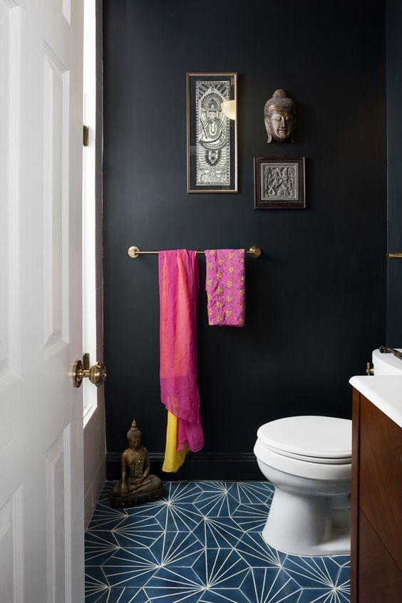 Banheiro preto com chão de azulejos estampados