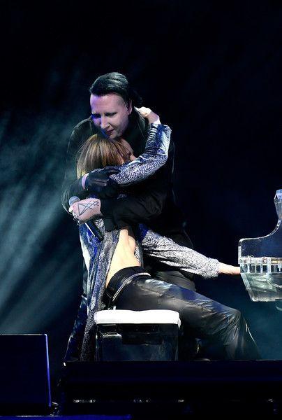 抱き合うMarilyn Manson