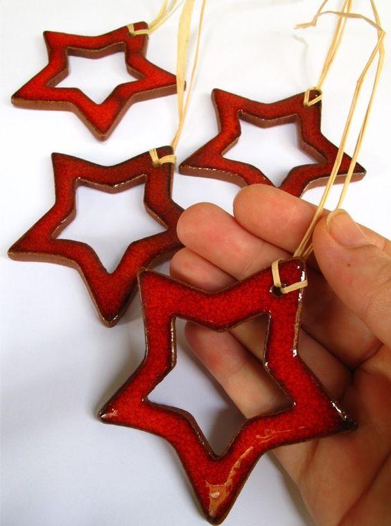 Entrez mon vous pouvez utiliser ces étoiles comme une étiquette-cadeau ou comme ornement pour votre arbre de Noël. Toute la main faite avec de largile. İ utilisé très spéciale lustre rouge et couleurs spéciales de Noël. et ils ont tellement belle texture. Ces pièces belles conçus pour le prochain Noël pour vous... dans un paquet ;  4 x létoile rouge (h = 6 cm/2,36 pouces) avec anneau de suspension naturelle.  Je vais leur envoyer avec un paquet de belle organza... ils peuvent être très beau…