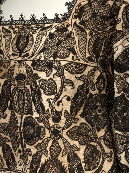 Smock; English, 1575-1585. In Queen Elizabeth I's New Year's Gifts of 1588-9, this entry is listed: 'one smock of fyne Holland cloth, fair wrought with black silk'. The embroidery on this pictured smock (V&A Museum) includes an eglantine rose and a Tudor rose; the Queen was given many similar blackwork garments.