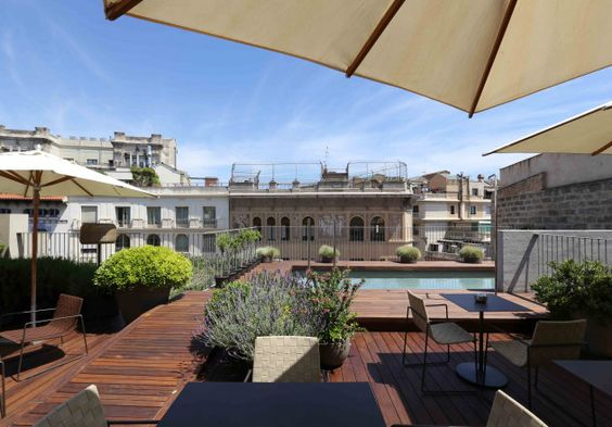 Dachterrasse mit Holzboden Pool Schirm Altstadt Barcelona Luxushotel