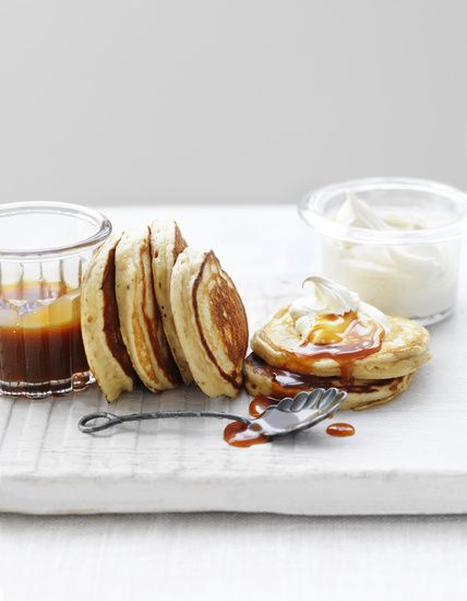 Pikelets with dulce de leche and cream