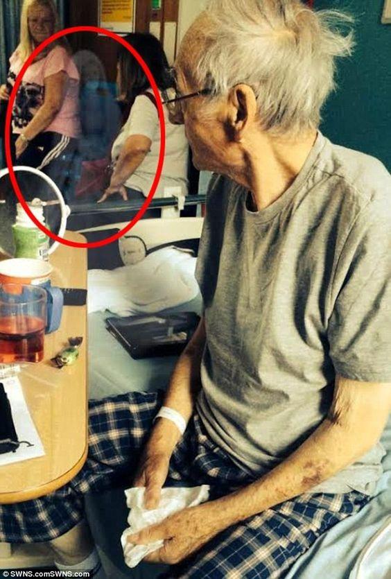 Крис Лийдбеттър забеляза образа на една жена, завинаги, зад дядо си, след като отиде да го посети в Кралската графиня на болница Честър, където се лекува за рак на крайниците и направи снимка