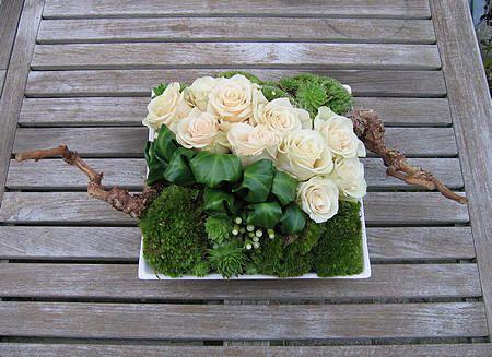 kerststuk maken met rozen - bloemen bezorgen kerstsfeer - bloemschikken wit tafelstuk voor kerst