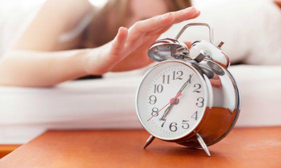 Sta jij al te stuiteren naast je bed terwijl je man en kinderen nog liggen te snurken? Blijf dat vooral doen, vroeg opstaan maakt je gezonder en gelukkiger.