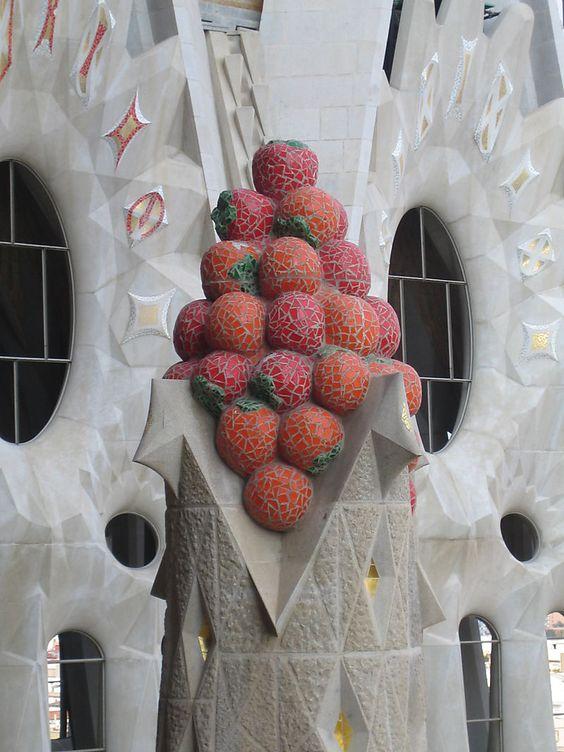 Sagrada familia. Couronnement d'un clocher - Mosaïques vénitiennes et pavés (Barcelone)