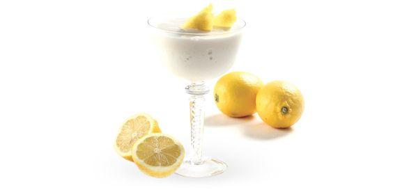Sorbet de Limão. O sorbet de limão é normalmente servido para limpar o palato entre pratos. Mas esta versão de sorbet de limão, eleva-o quase a prato principal em cima de qualquer mesa.