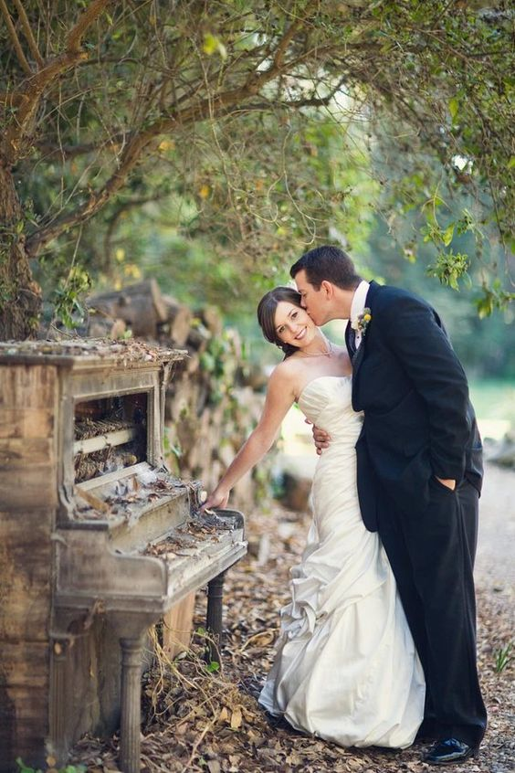 Old piano in the woods ... so cool! I need to find an old piano to take out all the insides for senior and postbridal session!
